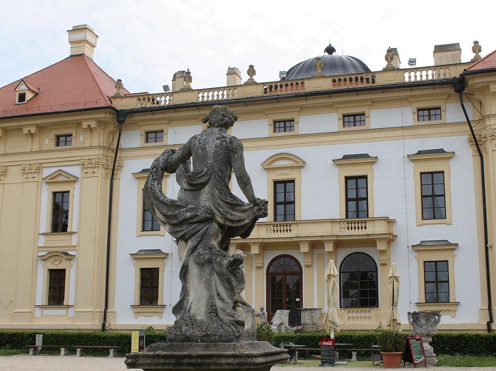 Sochy u slavskovského zámku, které čeká oprava.