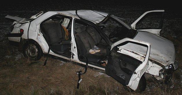Ve zdemolovaném autě našel smrt jeden pasažér, další tři utrpěli vážná zranění.