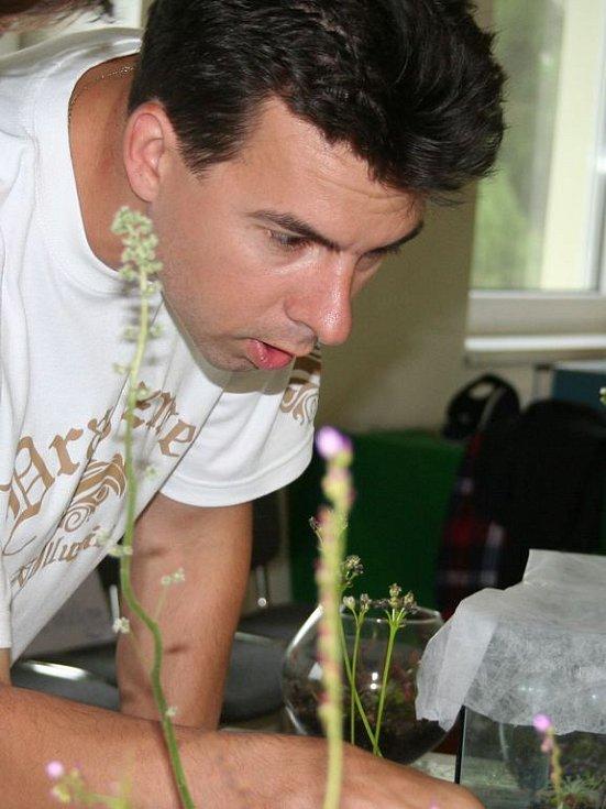 Pěstitel Jan Novák vysvětluje, jak rostliny lapají hmyz.