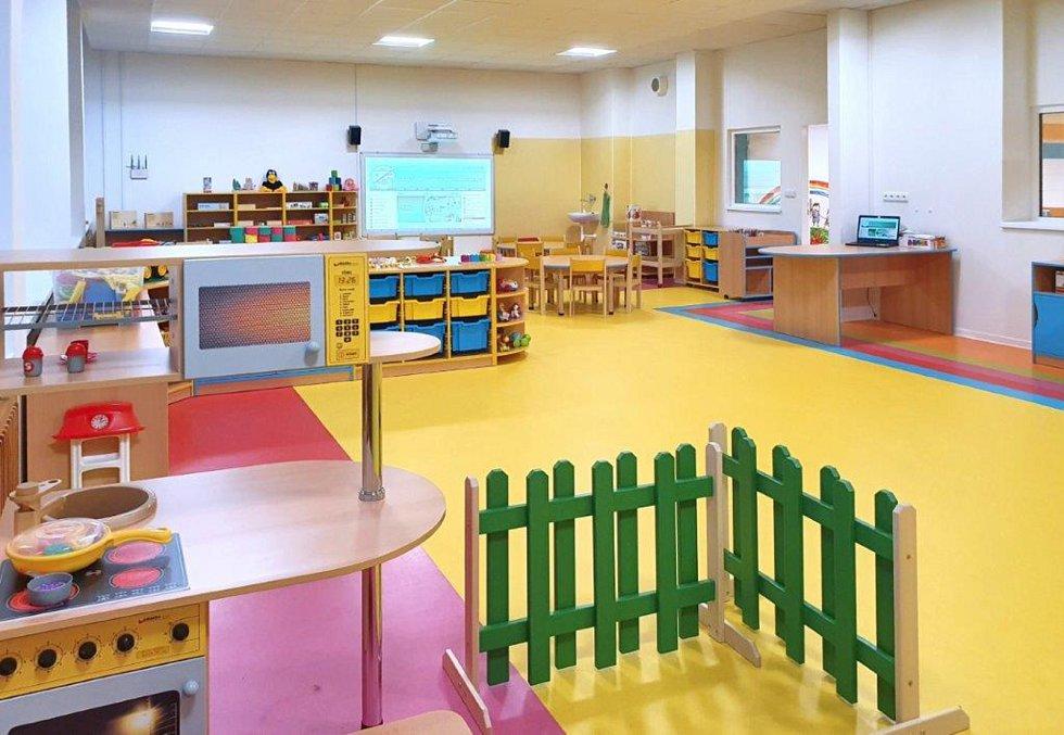 Nová třída mateřské školy obsahuje moderní vybavení a hračky.