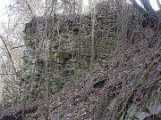 Jedině z nebeských výšin a v zimě, kdy stromy nemají listí, je dobře patrný půdorysný základ pravěkého hradiště a johanitského hradu v Orlovicích.