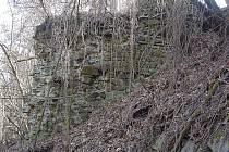 Rozvaliny, které zůstaly po hradu Melice.
