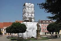 Morový sloup ve Vyškově pokryla plachta kvůli jeho restaurování.