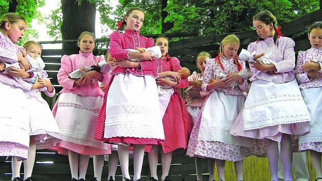 """Pod """"křenovskó májó"""" se to bude kroji jen hemžit. Letošní ročník je věnovaný hlavně Křenováčku a Křenováku, kteří slaví významná jubilea."""