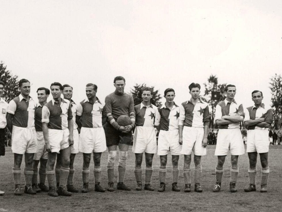 Slavia Praha ve Vyškově v roce 1943. První zleva je Josef Bican.
