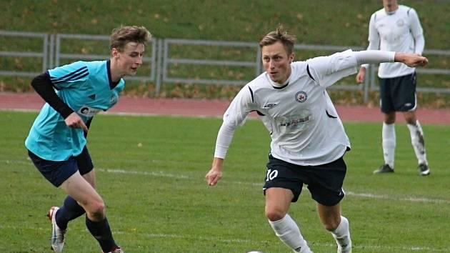 V posledním podzimním kole Moravskoslezské ligy na domácím hřišti remizovali fotbalisté MFK Vyškov (v bílém) s HFK Olomouc 0:0.