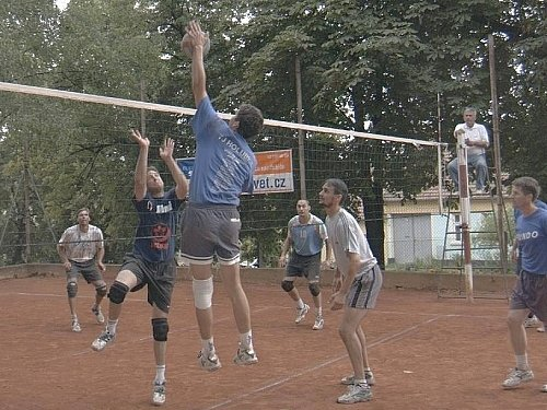 Holubický volejbalový kurt patřil celý sobotní den nejlepším týmům Vyškovska.  Vítězství si odnesli domácí.