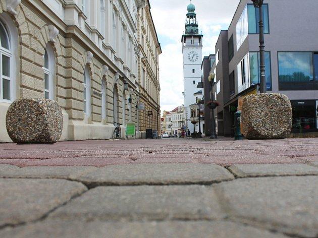 Dvě krychle bránící průjezdu ulicí časem nehradí jehlany.