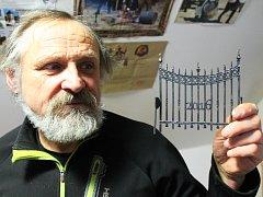 Železný plot kováře Oldřicha Bartoška z Křenovic má víc symbolů.