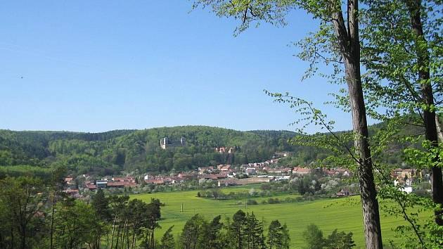 Vesnice Račice se známým zámkem má krásné okolí tvořené hustými lesy.