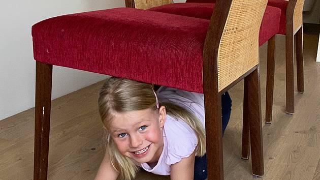 Pro děti je důležitý pohyb. Překážkovou dráhu lze postavit i pomocí nábytku.