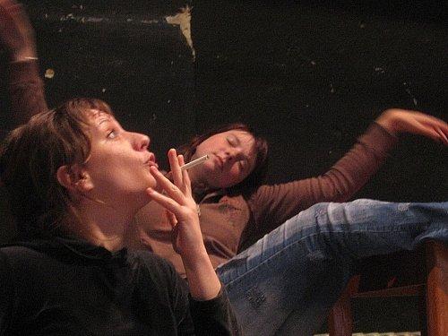 Na pódiu vyškovského Besedního domu se v pátek poprvé ve hře Schody pro kočku publiku představí herečky Adriana Roučková a Tereza Procházková.