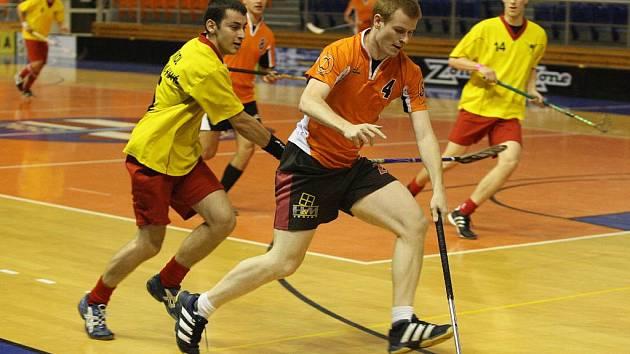 Florbalisté dvou nejlepších klubů Vyškovska se zatím potkali jen mimo ligu. Jedno ze vzájemných střetnutí sehráli na přátelském brněnském turnaji Hummel cup (na snímku). V sobotu je čeká první ostrý střet.