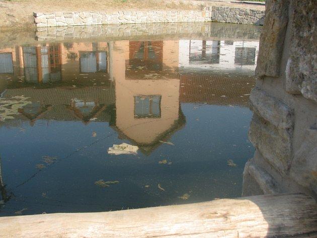 Jezírko v Rousínově-Kroužku na návsi naplnila zapáchající splašková voda.