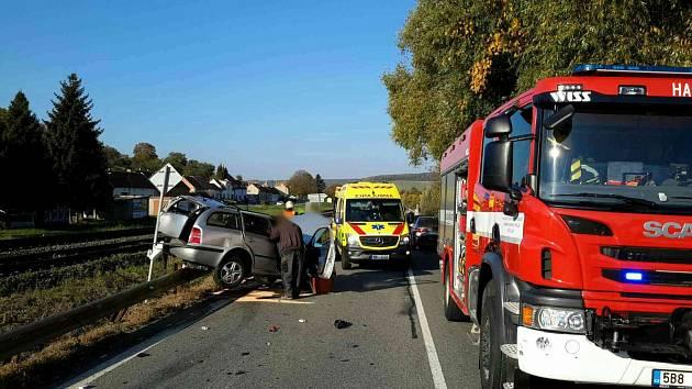 Při odbočování do ní narazilo předjíždějící auto. Řidička je vážně zraněná