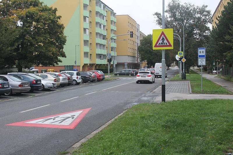 Rodiče nyní nemusí zajíždět až do vnitrobloku sídliště, ale vysadit své dítě mohou před křižovatkou.