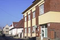 Má dvě podlaží a postavená byla v období první republiky. Nyní je administrativní budova nacházející se ve Vyškově za obchodním domem Prior v Nerudově ulici k mání.