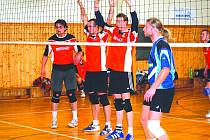 Petr Muzikář se uprostřed tria v červených dresech připravuje na servis Vyškova v posledním městském derby. Dědice ho prohrály, na jaře ale chtějí zabojovat proti všem.