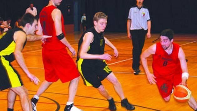 V černém hrající domácí basketbalista Matúš Zavacký se snaží zadržet rychlý průnik jednoho z bílovických protivníků, připraven pomoci je mu i za ním stojící Petr Gottvald. Tentokrát se hosté prosadili, celkově se ale radovali Vyškovští.