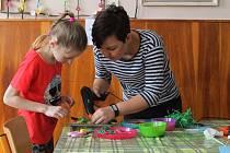 V Křenovicích vyráběly děti výrobky k Velikonocům.