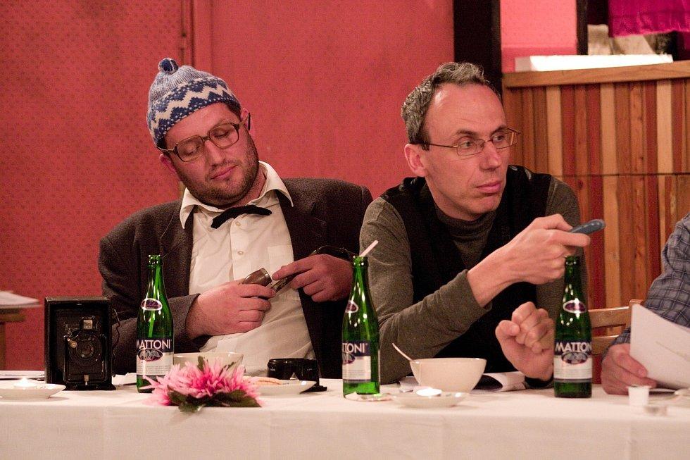 Jako novinář Paul Pecker v divadelní hře Tisková konference ze setkání Yettiho a Mauglího v Nepálu.