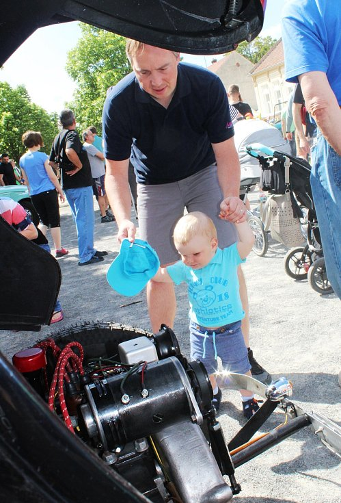 Centrum vyškovských Dědic v sobotu dopoledne zabraly historické vozy. Na spanilou jízdu do nich usedly i děti.