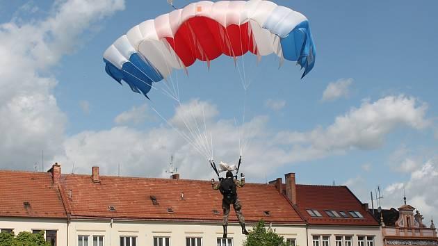 Oslavy 70. výročí konce druhé světové války přilákaly na vyškovské Masarykovo náměstí stovky návštěvníků.