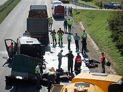 Nehoda na dálnici D1 nedaleko Komořan si ve čtvrtek vyžádala pět životů. V pondělí přibyla šestá oběť - žena zemřela v nemocnici.