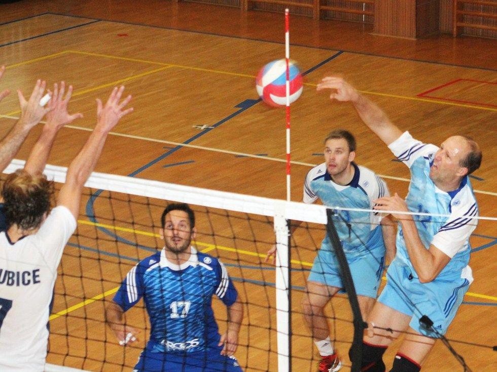 V okresním derby II. ligy volejbalistů si Sokol Bučovice - TJ Holubice body podělily po výsledcích 2:3 a 3:2.