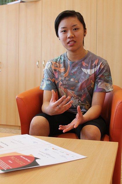 Těm, co nemají na jazyky takové nadání, Vyškovanka Phuong Anh Bui alias Kristýna doporučuje ozkoušenou metodu: zakomponovat je do volného času.
