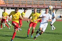V malém derby Moravskoslezské fotbalové ligy MFK Vyškov (bílé dresy) - SK Hanácká Slavia Kroměříž zaslouženě zvítězili hosté 2:0.