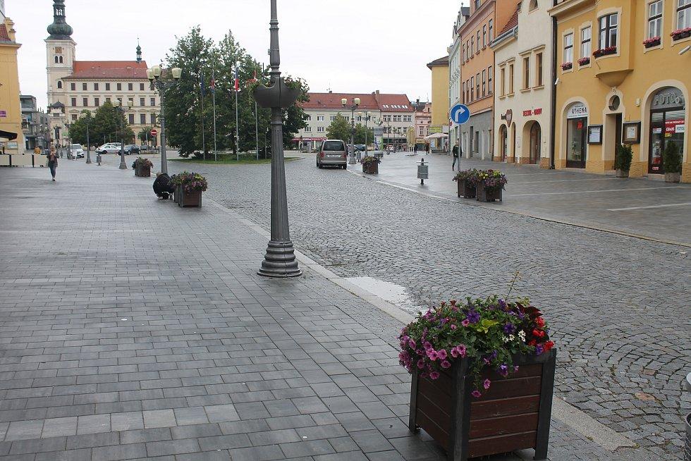 Deset nádob je rozmístěno ve spodní části náměstí.