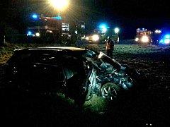 Tragická dopravní nehoda u Nesovic na Vyškovsku. Osmnáctiletý řidič nezvládl zatáčku, sedmnáctiletý nepřipoutaný spolujezdec při havárii zemřel.