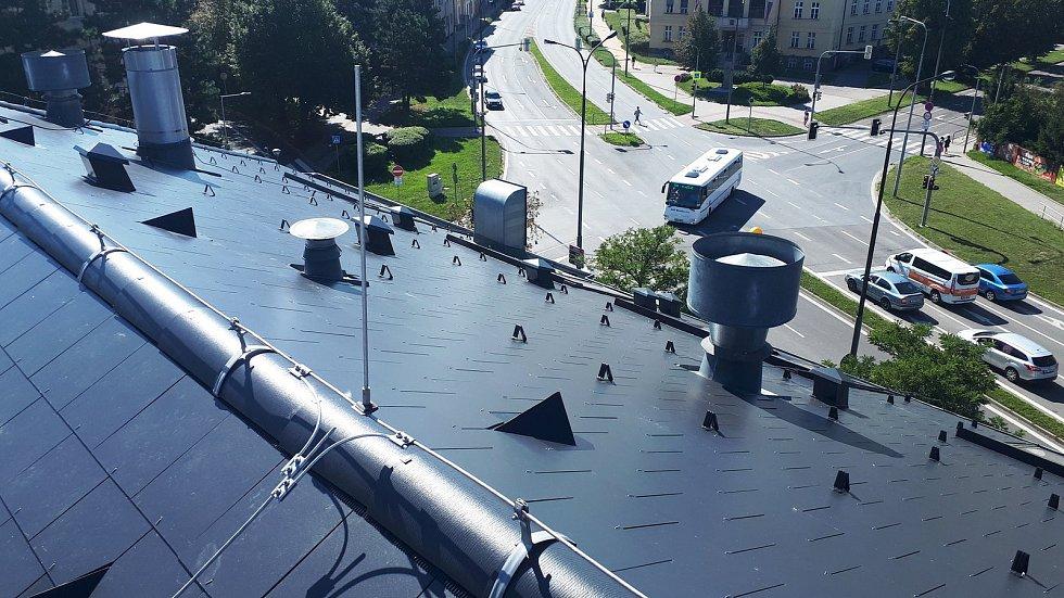 Popraskané střešní šablony dříve způsobovaly prosakování vody.