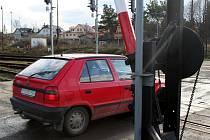 Železniční přejezd v Bučovicích už dlouhá léta ničí nervy motoristů. Přejet se přes něj dá jen minimální rychlostí, i tak dá automobilu pořádně zabrat.