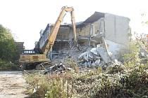 Demolice areálu vstoupila do další fáze. Hlavní budovu závodů odstřelili dělníci už loni v srpnu.
