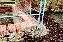 Zámecký příkop ve Slavkově u Brna má čtyři měsíce po kolaudaci a už se rozpadá.