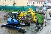 Povodí Moravy zvyšuje ve Vyškově kapacitu řeky Hané. Po úpravách, která potrvají do konce roku, tak její koryto pojme víc vody.