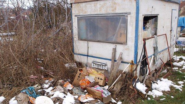 Lidé žijící v maringotce v Bučovicích trápí sousedy.