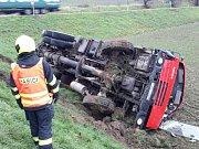 U Křižanovic na Vyškovsku se převrátilo čerpadlo na beton. Foto: HZS JMK