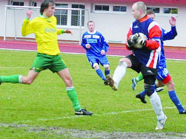 Napajedelský gólman Krajča (na snímku) si včera se svými spoluhráči ve žlutém nerozuměl. Vyškovští včetně v pozadí stojícího Hanuse toho dokázali řádně využít.