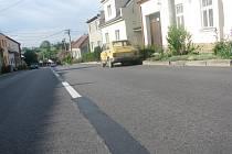 Plnou středovou čáru nechala radnice ve čtvrti Nosálovice přemalovat na přerušovanou. Díky tomu můžou tamní obyvatelé zastavit u domu a vyložit nákup. Jenže situaci zneužívají cizí řidiči, kteří zůstávají stát i několik hodin. Auta stávají po obou stranác