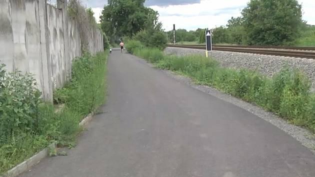 Nový úsek stezky v místě nezpevněné účelové cesty vede od ulice Koliba v Bučovicích k Májové v Černčíně.