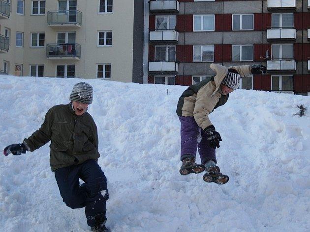 Počasí přímo vyzývá děti k zimním hrám.