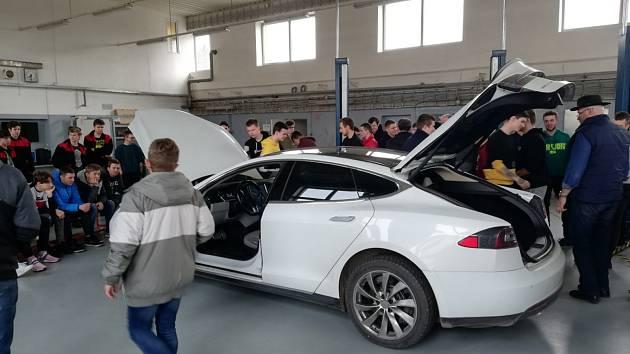 Integrovaná střední škola ve Slavkově zapojila studenty hned do tří akcí souvisejících s technikou. Foto: archiv školy