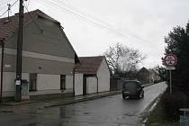 Obyvatelé Jízdárenské ulice ve Vyškově - Dědicích si stěžují na rychle projíždějící auta.