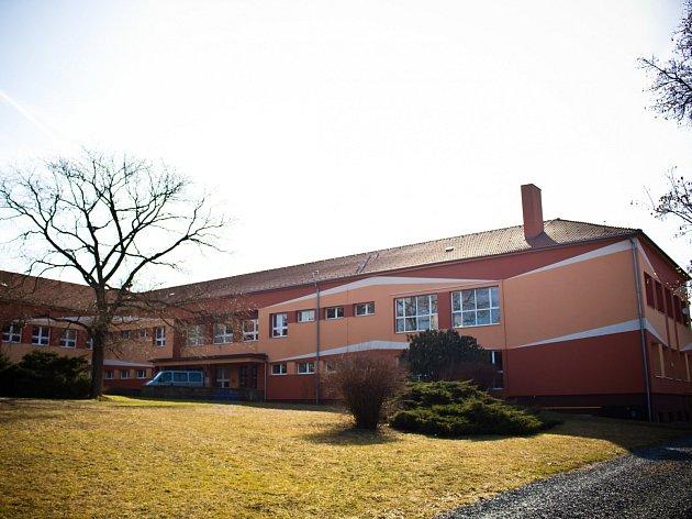 Bučovická základní škola 711, kde podle rodiny Beinhaeurových mělo docházet k šikanování jejich dětí.