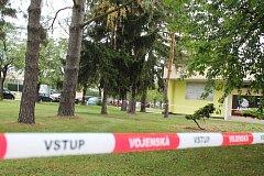 Místo události, při níž v úterý ráno zahynul jeden voják, je obehnané páskami.