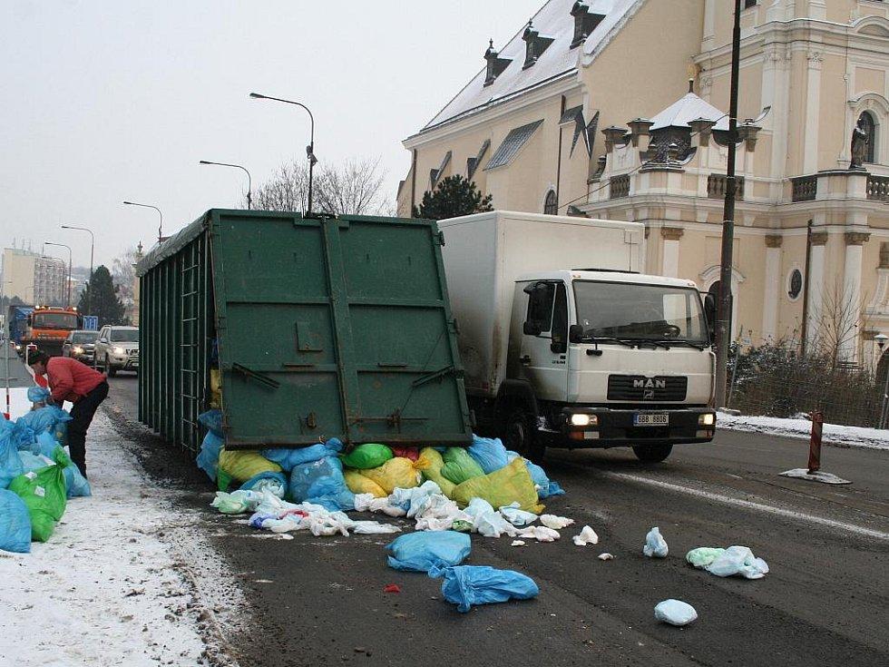 Na průtahu ve Vyškově v Dukelské ulici v místě, kde je omezení kvůli opravě podchodu, je vysypaný kontejner.