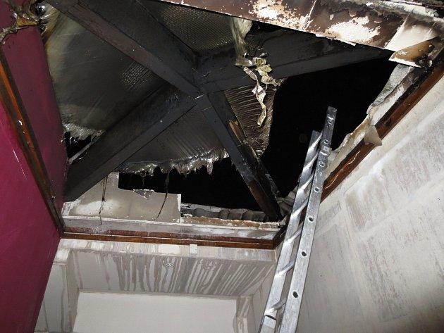 Od komína chytla istřecha rodinného domu.